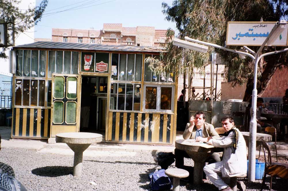 Jacques Grué et Olivier Le Bars au café-Yémen