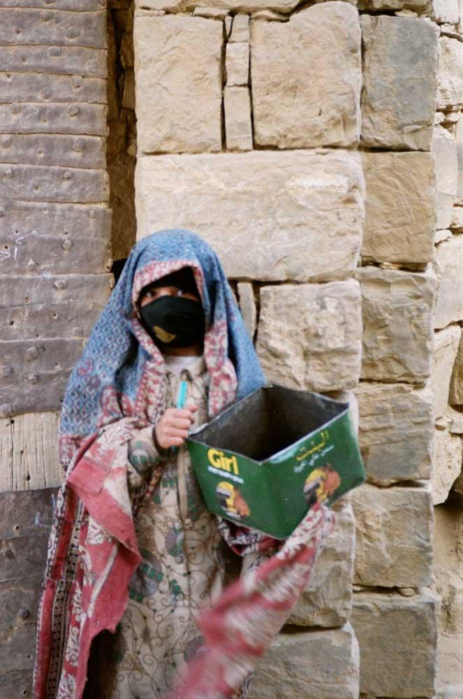 jeune fille voilée avec boite