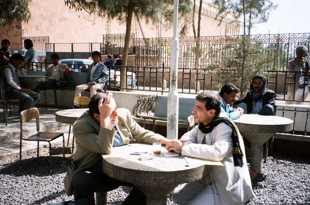 hommes au café en plein - Yémen